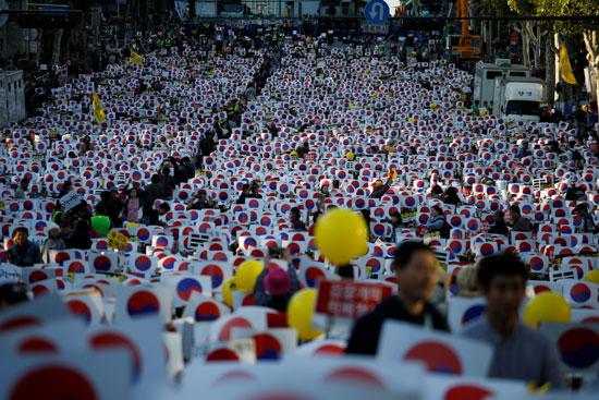 الآلاف يتظاهرون لدعم وزير العدل بكوريا الجنوبية
