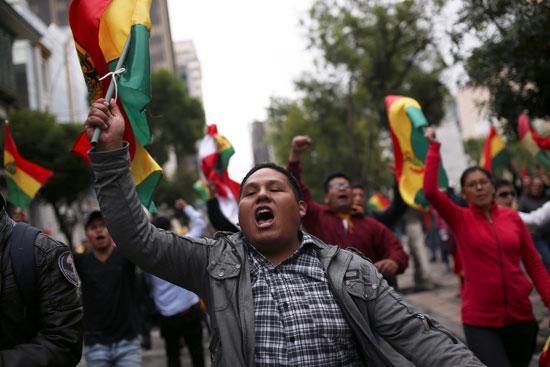 شاب يحتفل فى شوارع بوليفيا