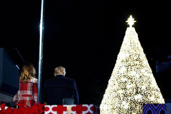 ترامب وميلانيا يجلسان أمام شجرة الكريسماس