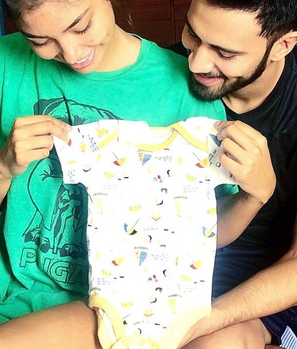 جويس برادو مع ملابسها الرضيع