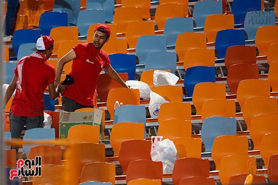 الجمهور يقوم بتنظيف المدرجات بعد الفوز على الكونغو (1)