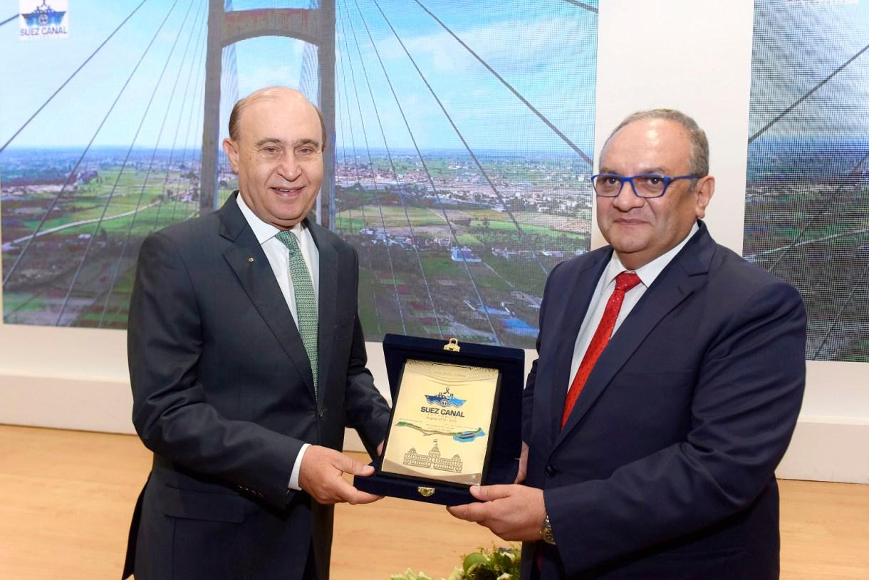 الفريق مُهاب مميش يهدي درع قناة السويس الجديدة إلى السفير هشام عسران نائب الأمين العام للوكالة المصرية من أجل التنمية