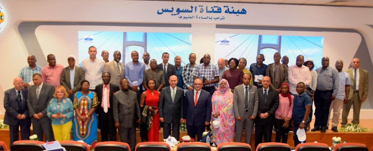 الفريق مهاب مميش يتوسط وفد الوكالة المصرية للشراكة من أجل التنمية ووفد الإعلاميين الأفارقة