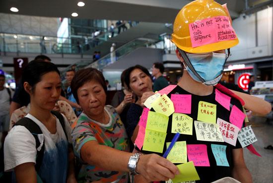 احتجاجات داخل مطار هونج كونج ضد قانون تسليم المتهين (6)