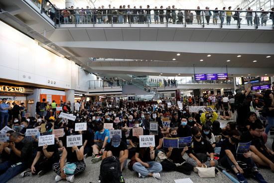احتجاجات داخل مطار هونج كونج ضد قانون تسليم المتهين (3)