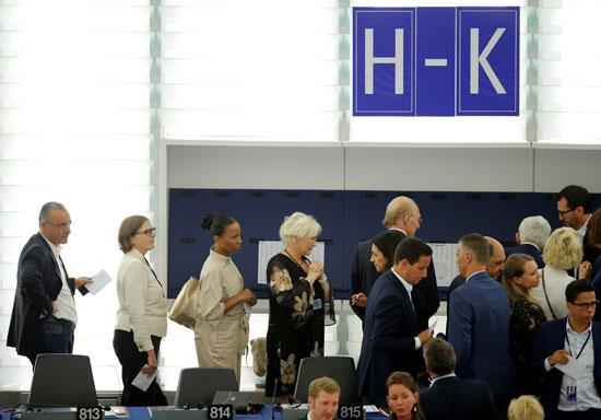 يصطف أعضاء البرلمان الأوروبى للتصويت أثناء انتخاب الرئيس الجديد للبرلمان الأوروبى في ستراسبورج