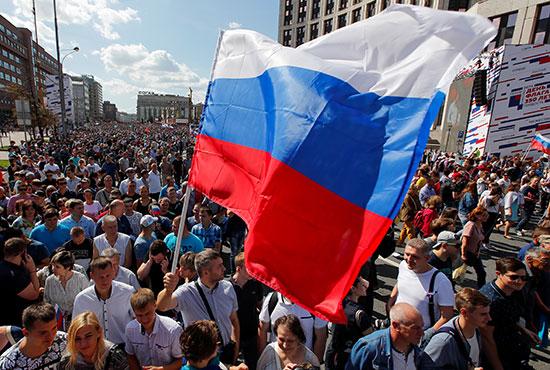 علم روسيا يرفرف خلال الاحتفالات