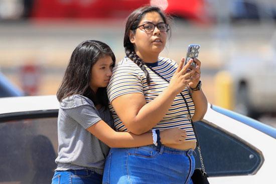 خوف طفلة من حادث إطلاق النار فى متجر بولاية تكساس