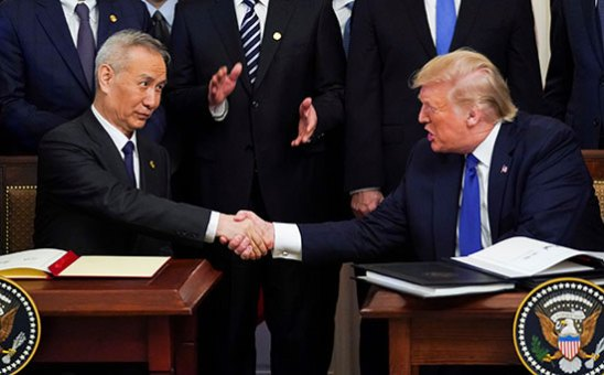 نائب رئيس مجلس الدولة الصيني والرئيس ترامب يتصافحان بعد توقيع الاتفاقية