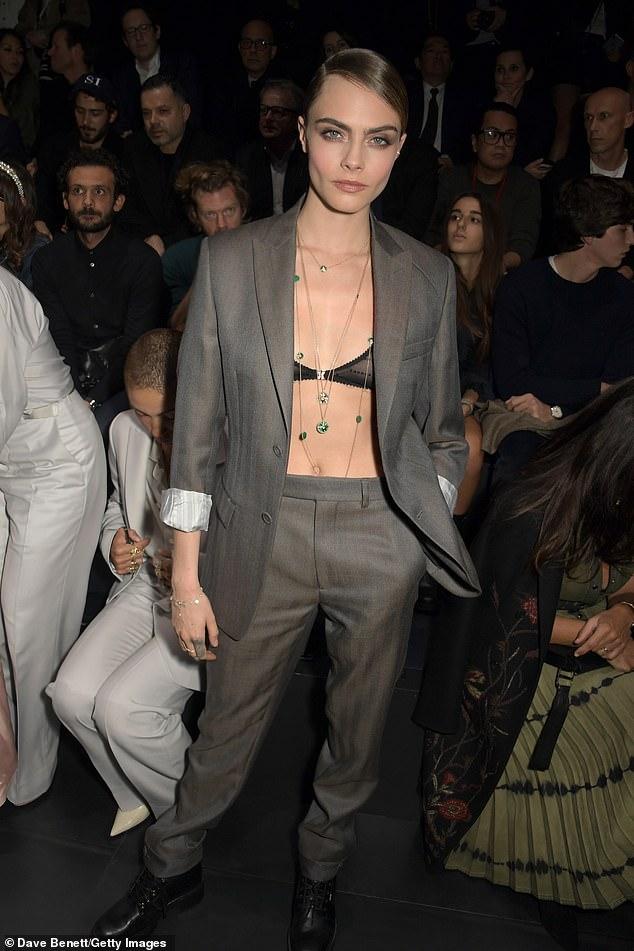 كارا ديليفين ترتدى صدرية شفافة أسفل بدلة أنيفة
