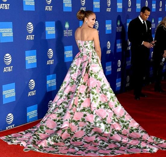 جينيفر لوبيز بالفستان الوردى