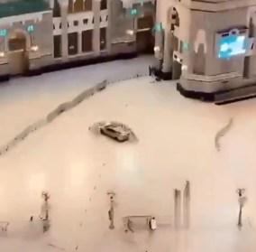 لحظة اقتحام سيارة ساحات الحرم المكي