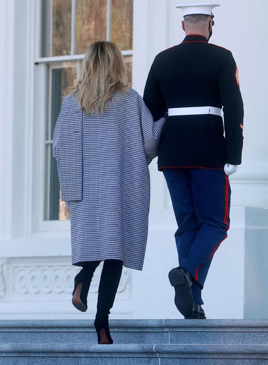 جندي يصطحب ميلانيا
