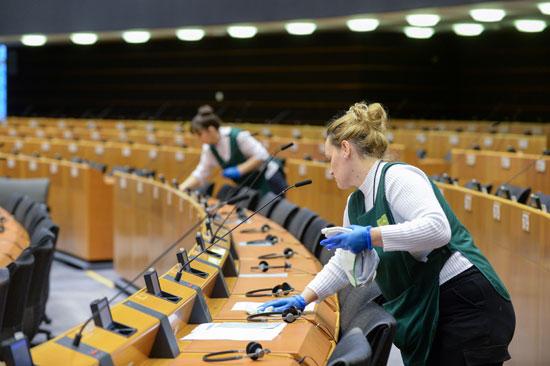 نساء-ينظفن-نصف-دائرية--قبل-الجلسة-العامة-للبرلمان-الأوروبي-في-بروكسل