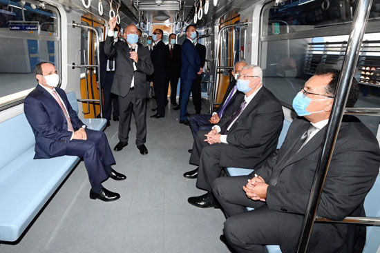 الرئيس عبد الفتاح السيسي داخل محطة مترو عدلى منصور  (7)