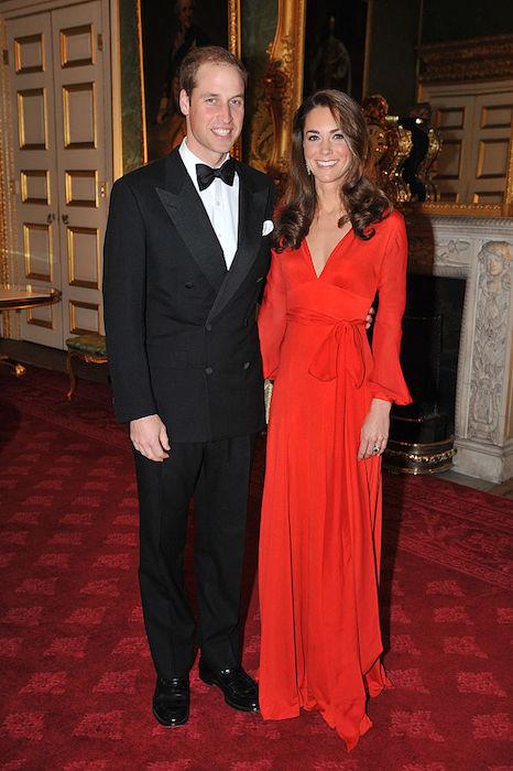 كيت في فستان أحمر على شكل حرف v