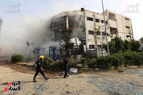 رجال الحمايه المدنيه اثناء السيطره على الحريق