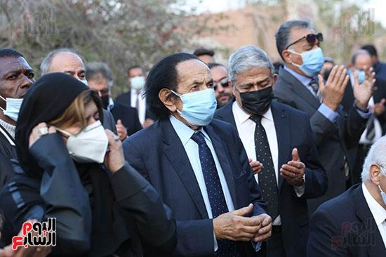 المشاركون بالجنازة يدعون للراحل بالرحمة