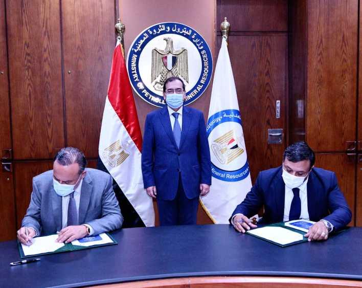 وزير البترول والثروة المعدنية خلال توقيع العقد