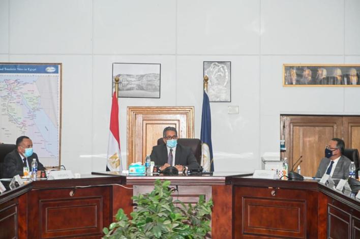 خلال الاجتماع  (2)