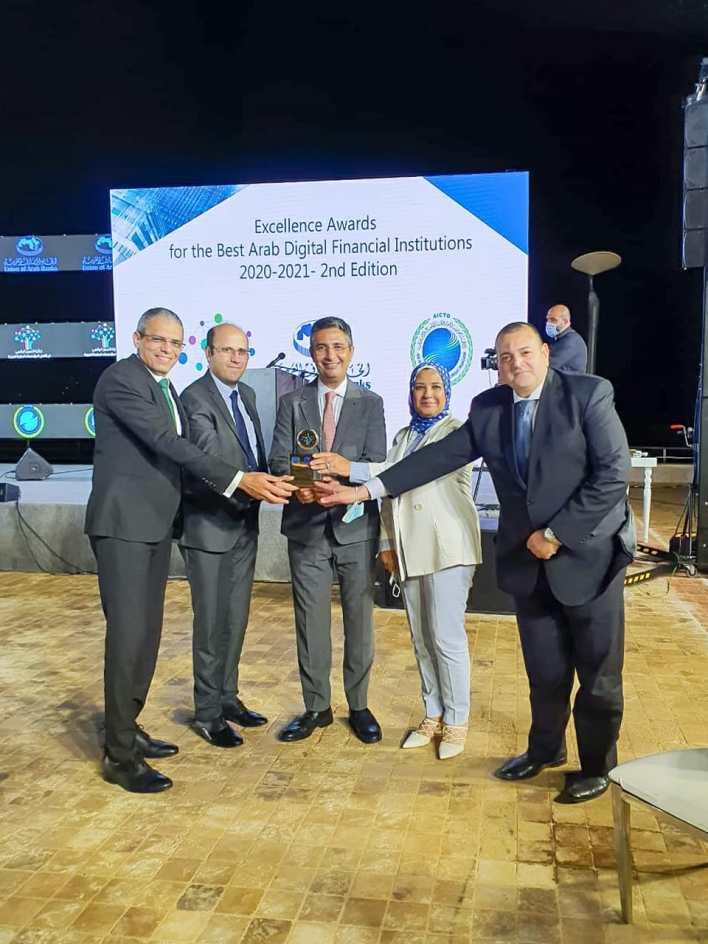 قيادات هيئة البريد مع جائزة أفضل مؤسسة بريدية عربية