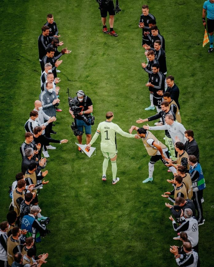 Honoring Manuel Neuer from the country's national team