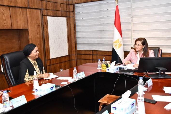 وزيرة التخطيط مع مسئولى المؤسسه الاسلامية (3)