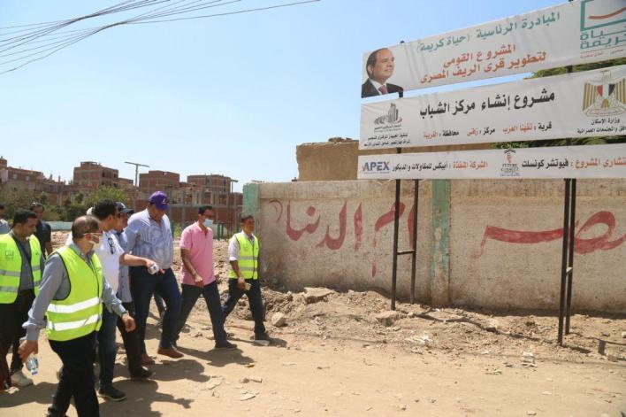 رئيس المصرية للاتصالات يتفقد حياة كريمة بالغربية