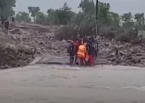 عمليات الانقاذ من الفيضانات