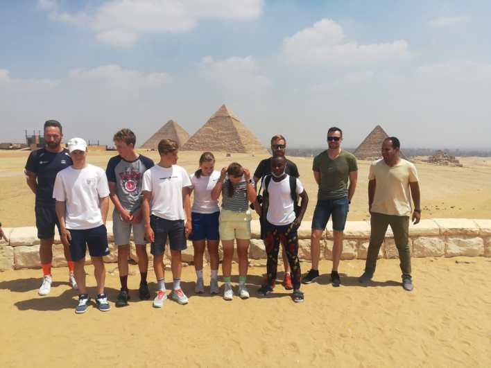 المشاركون حرصوا على التقاط الصور أمام الأهرامات