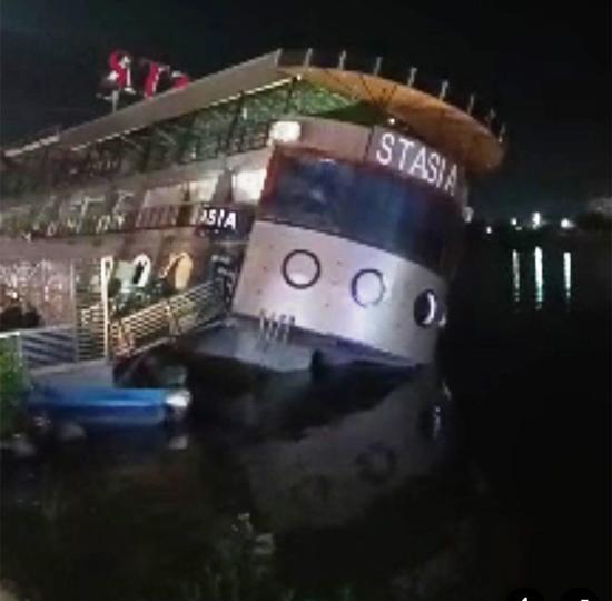 مركب-عائم-على-وشك-الغرق-(1)