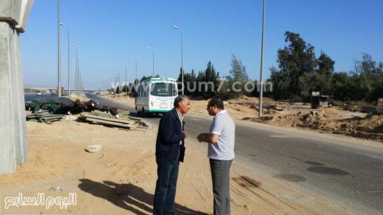 الرئيس السيسى يتحدث مع أحد المسئولين على أعمال تطوير طريق القاهرة الإسكندرية -اليوم السابع -4 -2015