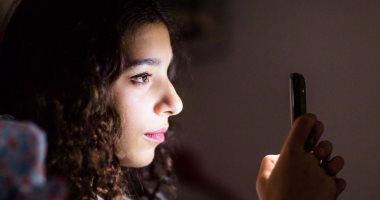 """الإندبندنت: النظر فى """"الموبايل"""" قبل النوم يعطل الميلاتونين ويسبب الأرق"""