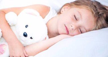 دراسة: نوم الأطفال مع لعبهم المفضلة يساعدهم على تحسين مهارات القراءة