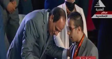 الرئيس السيسى ينحنى لشاب يجلس على كرسى متحرك للاستماع لمطالبه
