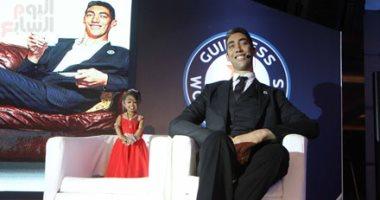 فيديو وصور أطول رجل وأقصر امرأة فى العالم لازم نزور مصر