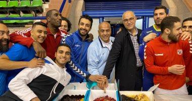 فريق يد الأهلى يحتفل بعيد ميلاد طارق محروس .. صور