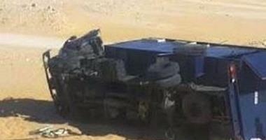 بالأسماء.. إصابة ضابط و5 أفراد شرطة فى انقلاب سيارة ترحيلات بالوادى الجديد