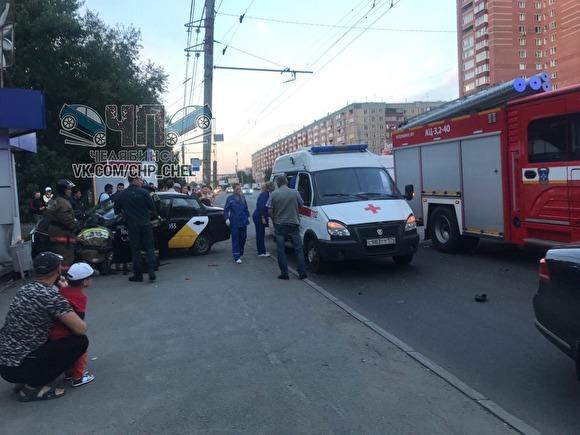 ВЧелябинске такси врезалось вцветочный киоск наостановке. Пострадали четверо