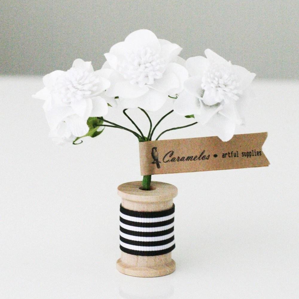 12  White Pom paper flowers - caramelos