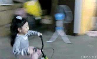 Маленькая женщина за рулем (потрясающая гифка)