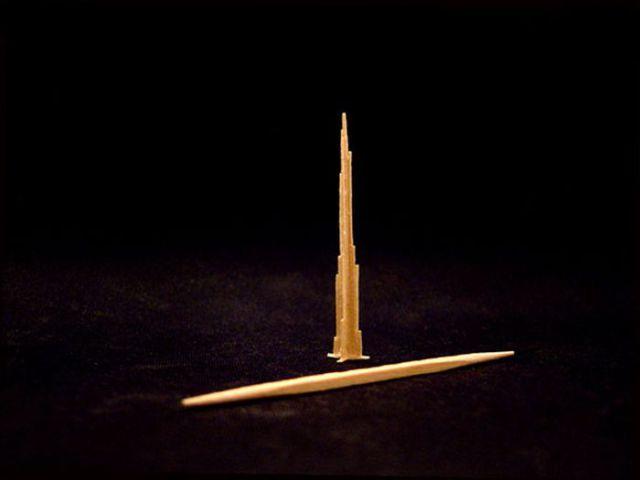 Миниатюрная Эйфелева башня и другие скульптуры из зубочисток