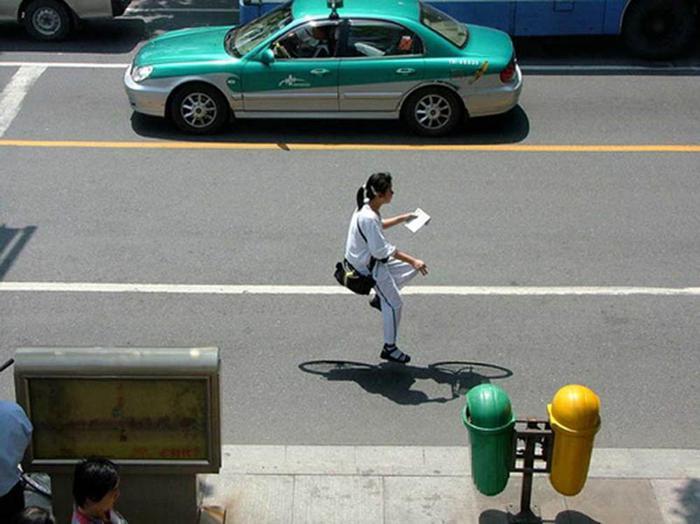 Люди на невидимых велосипедах