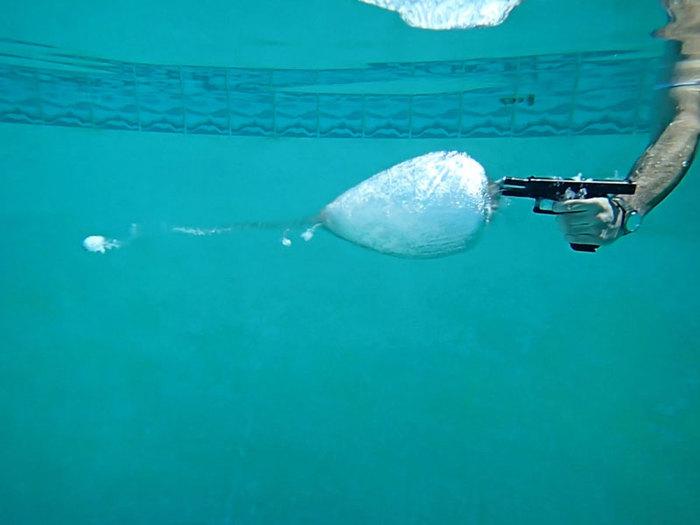 Что происходит при выстреле под водой. Видео