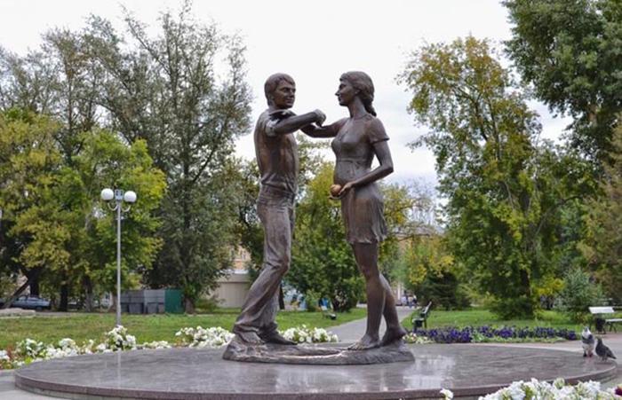 Прекрасные памятники, посвященные семье, родителям и детям