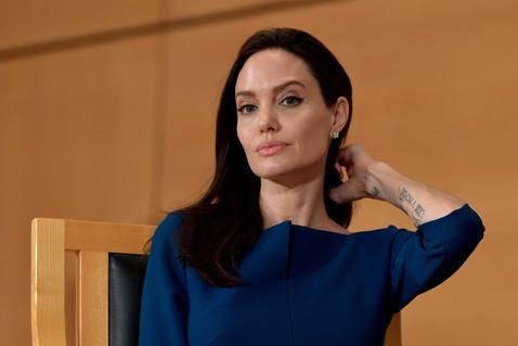 Почему Анджелина Джоли и Шарлиз Терон объявили друг другу войну