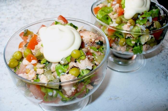 Салат из отварной рыбы с овощами