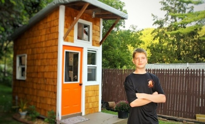 13 летний мальчик построил себе дом