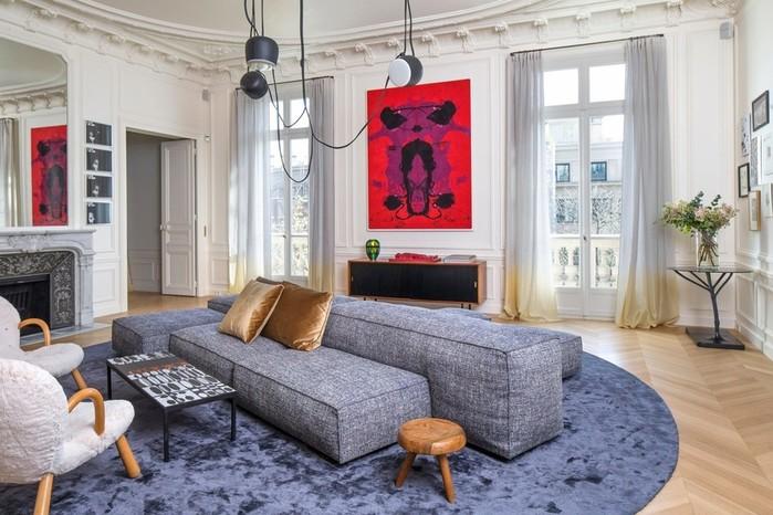Интерьер квартиры с романтичным видом на Эйфелеву башню