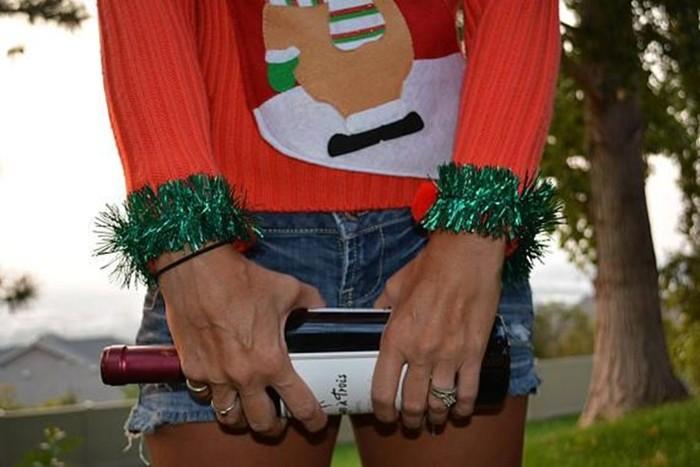 Любителям выпить предложили уродливый свитер с карманом под бутылку